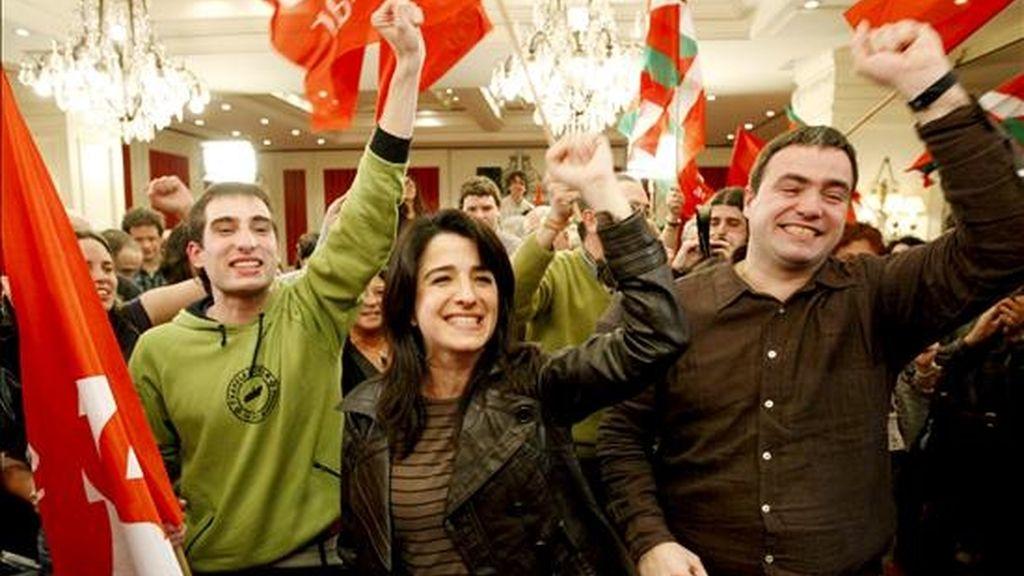 La candidata a lehendakari por Aralar, Aintzane Ezenarro (c), celebra los resultados electorales de su formación, que le han otorgado 4 escaños, en la campaña electoral vasca hoy en San Sebastián. EFE