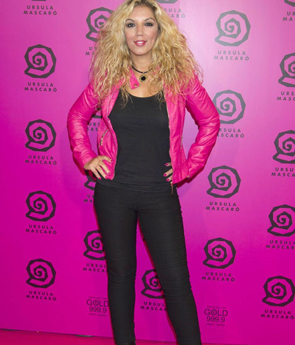 La cantante Rebeca, con chaqueta de cuero rosa