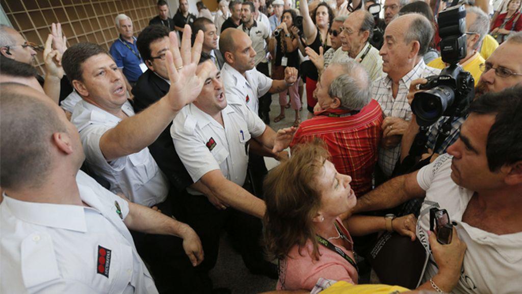La Junta General de Bankia arranca entre protestas de preferentistas y trabajadores
