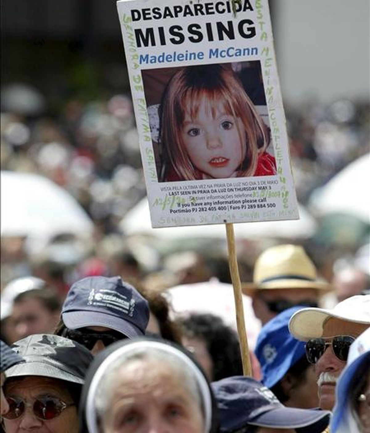 Retrato de la niña británica Madeleine McCann, desaparecida el 3 de mayo de 2007, en una procesión de peregrinos de la Virgen de Fátima, en el santuario de Fátima (Portugal). EFE/Archivo