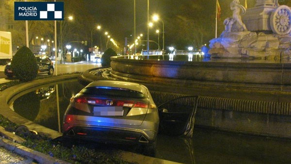Un conductor empotra su coche contra la fuente de La Cibeles