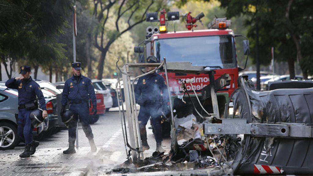 Contenedores quemados en Valencia