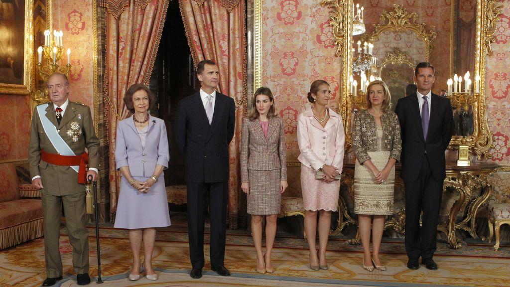 Los Reyes, los príncipes de Asturias, la infanta Elena y los duques de Palma, durante la recepción que los monarcas ofrecieron en el Palacio Real