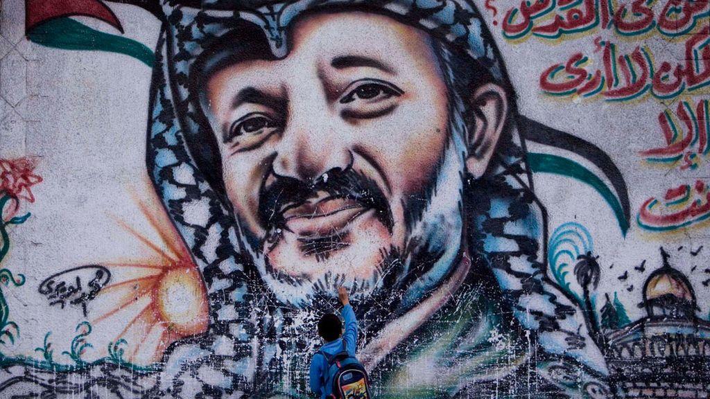 Un mural con el rostro de Yasir Arafat