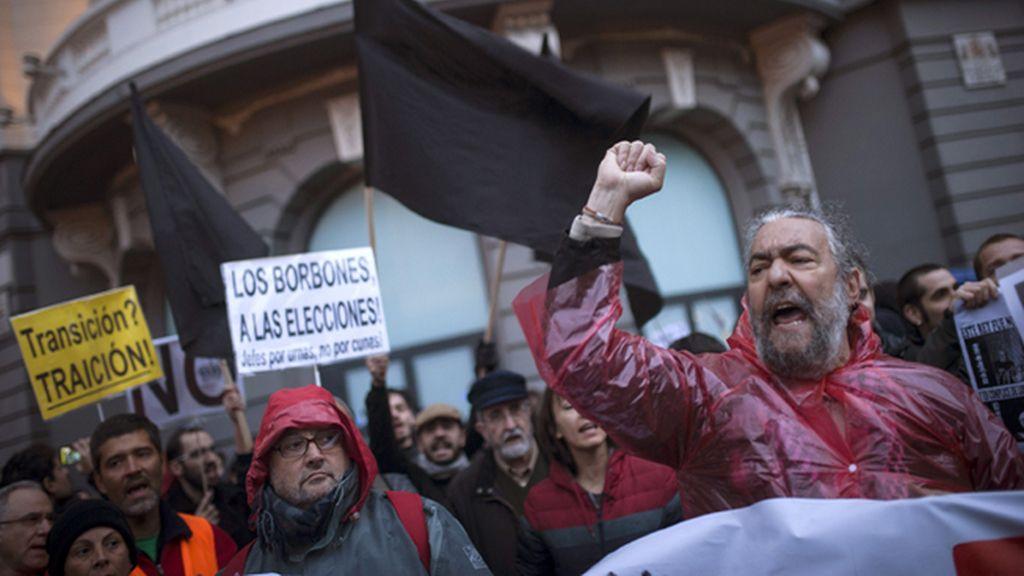 Un centenar de personas se manifiesta en los alrededores del Congreso contra la monarquía