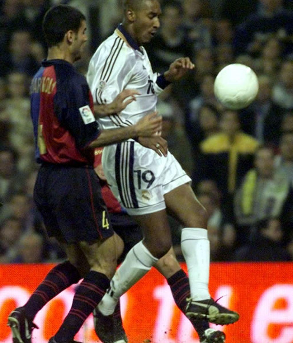 En el encuentro del 2000, Anelka y Guardiola luchan por un balón
