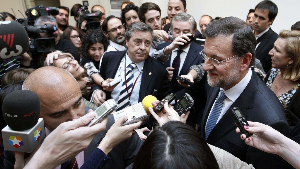 Mariano Rajoy rodeado de periodistas