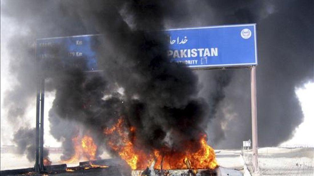 Un vehículo en llamas por la explosión de un camión cisterna, que transportaba combustible para las tropas de la OTAN desplegadas en Afganistán, que fue objetivo ayer de un atentado cerca de la frontera en Chaman (Pakistán). EFE