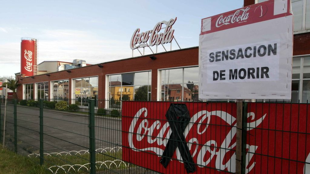 Carteles contra el cierre en la planta embotelladora de Coca-Cola en Colloto (Asturias)