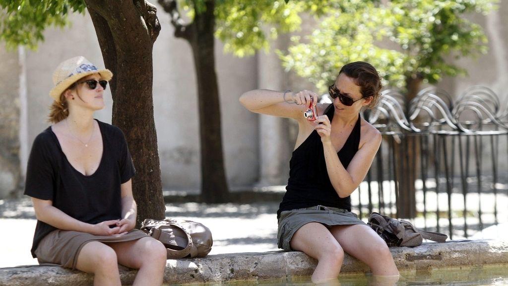 Dos mujeres se refrescan en Córdoba