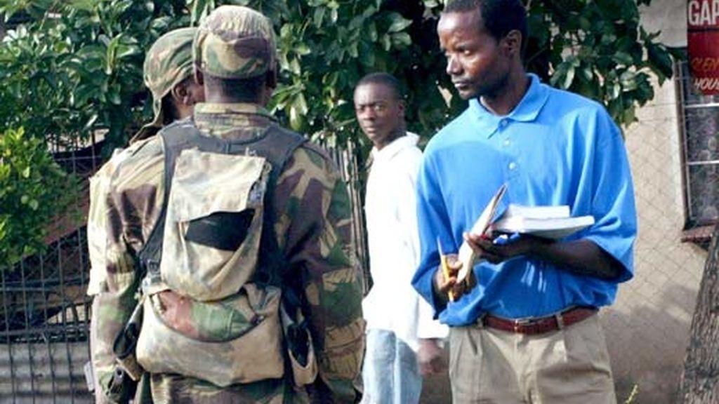 El gobierno ha ordenado al ejército y a la policía que vigile la mayoría de las plazas y lugares públicos.