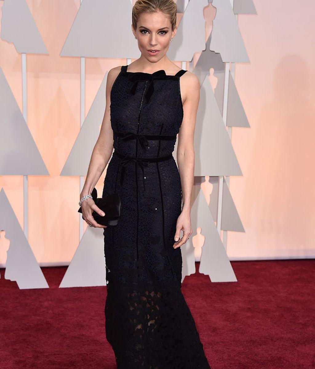 Sienna Miller con vestido de Oscar de la Renta