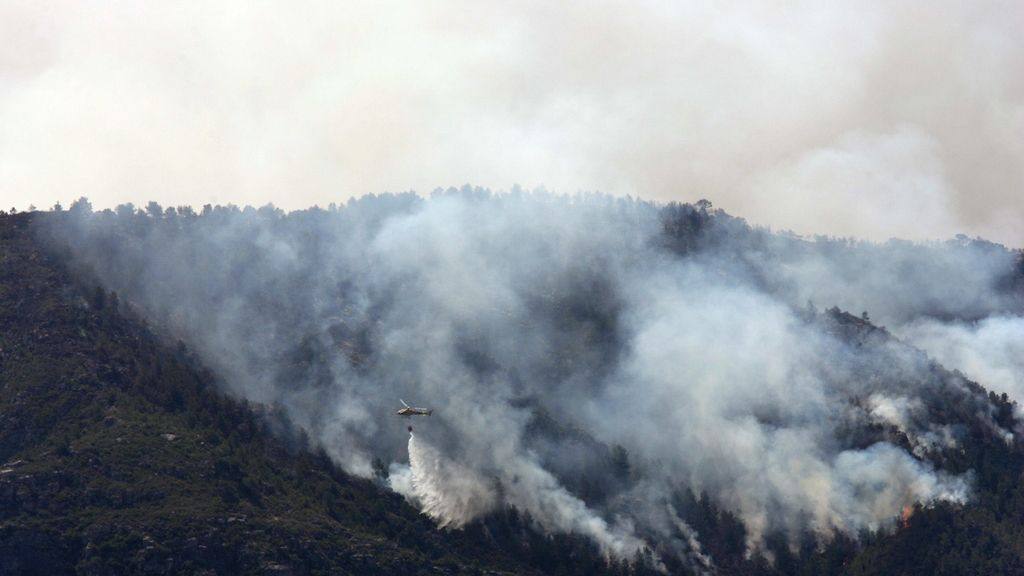 Los medios aéreos vuelven a trabajar en la extinción del incendio de Tivissa (Tarragona)