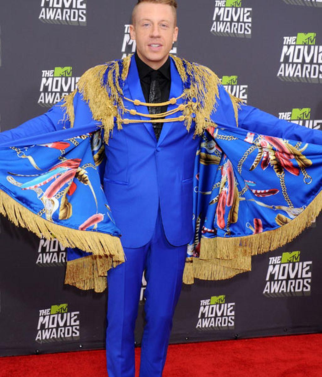 El cantante Macklemore con un look 'príncipe de Beckelar'