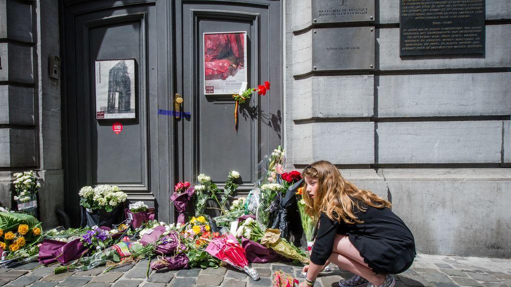 Flores ante el Museo Judío de Bruselas