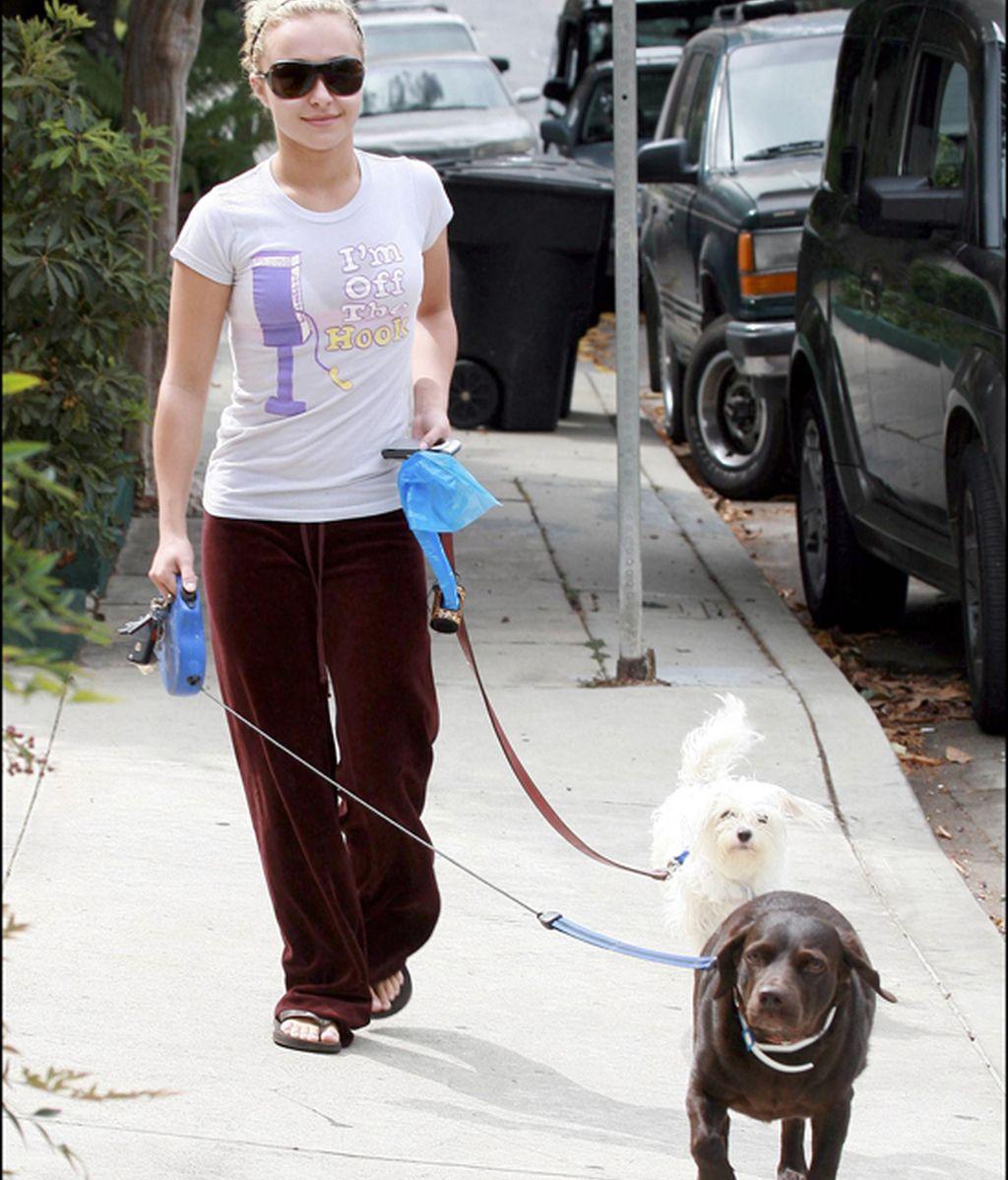 ¡Las celebrities sí que recogen las cacas de sus perros!