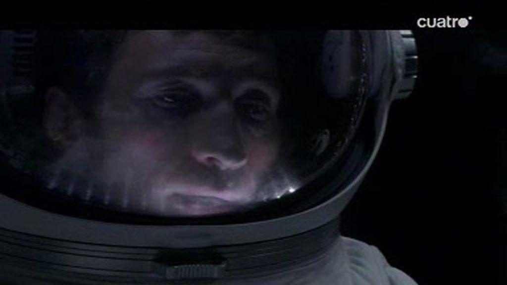 El Dr. Kinter y el Dr. Emerson consiguen hacer explotar la Luna