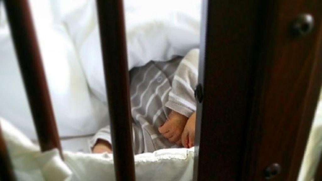 El pequeño Martín duerme la siesta en su cuna
