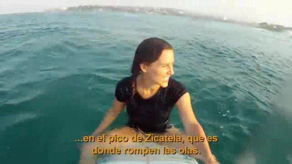 Adela surfea una gran ola