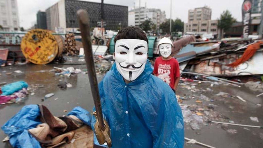 Un manifestante turco en la plaza Taksim con una careta de Anonymous