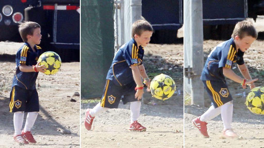 Los hijos de Beckham sienten también la llamada del fútbol