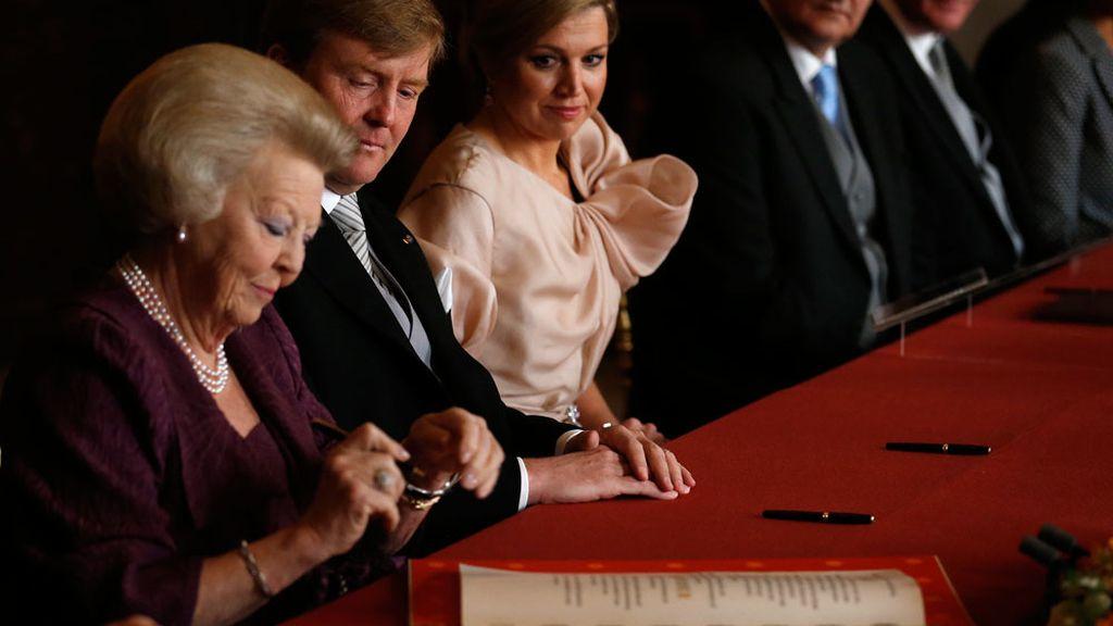 La reina Beatriz firma el acta de abdicación