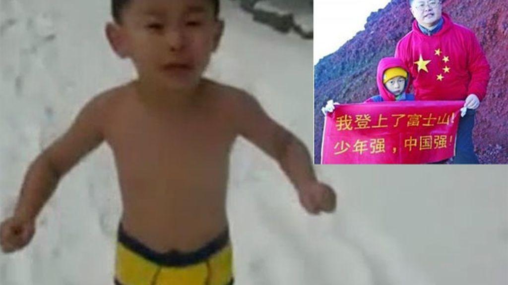 El niño a la izquierda en una imagen del vídeo que reveló el método educativo de su padre. A la derecha tras llegar a la cima del Monte Fuji.