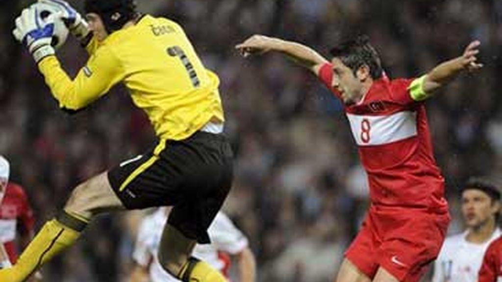 Nihat salta junto a Cech. Foto: EFE