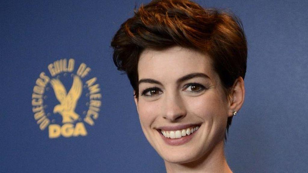 Anne Hathaway, lució un vestido de estampado tapiz