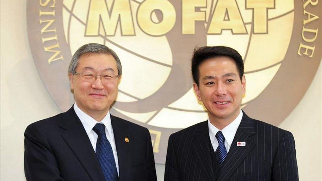 El ministro de Exteriores japonés, Seiji Maehara (dcha), estrecha la mano a su homólogo surcoreano, Kim Seung-Hwan (izq), antes de la reunión manteinda hy en Seúl (Corea del Sur). EFE