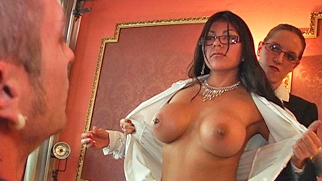 Una mujer semi desnuda