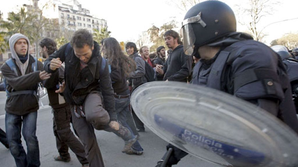 Los Mossos d'Esquadra desalojando la universidad