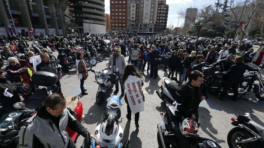 Un marcha motera por la Sanidad Pública recorre las calles de Madrid