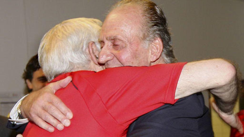El rey Juan Carlos abraza a Aragonés tras el partido España-Italia. Foto: EFE
