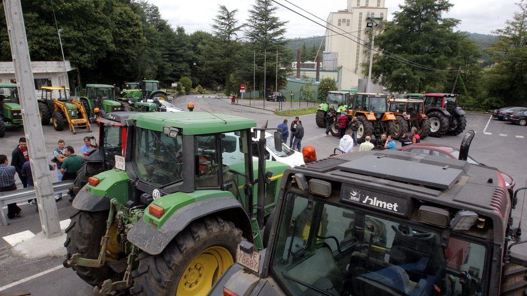 Ganaderos bloquean ya la totalidad de las industrias lácteas gallegas y piden apoyos para cerrar distribución