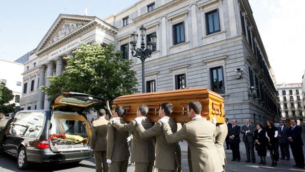 Los restos del ex presidente recibido en el Congreso con honores militares.