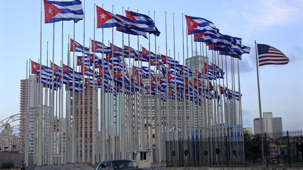 Banderas cubanas cerca de la embajada de EE.UU