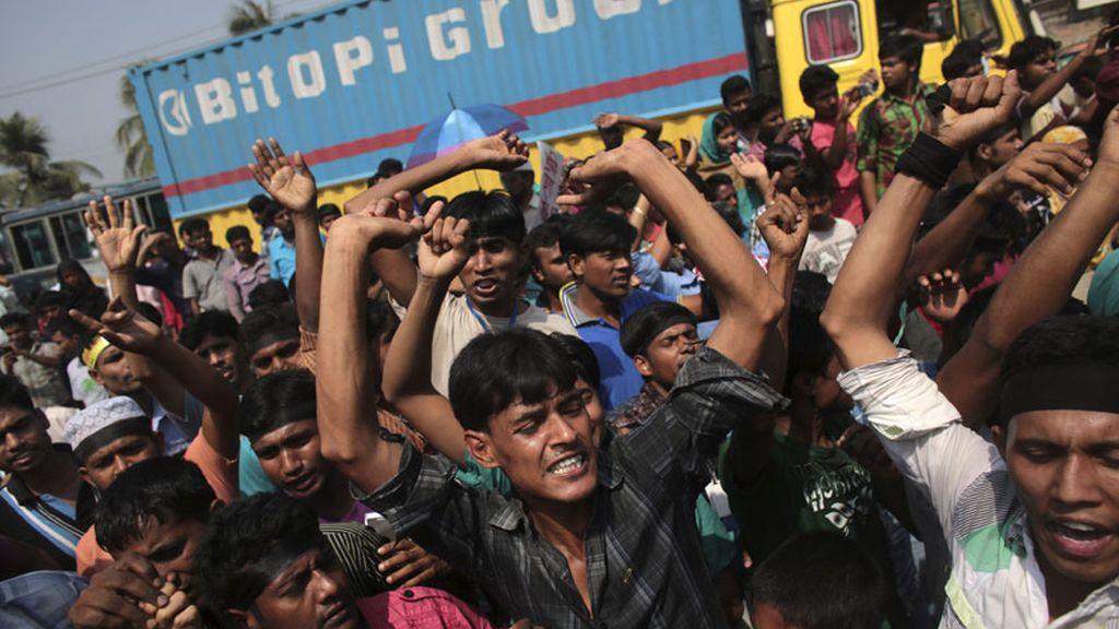 Protestas en Bangladesh un año después del desplome de una fábrica textil