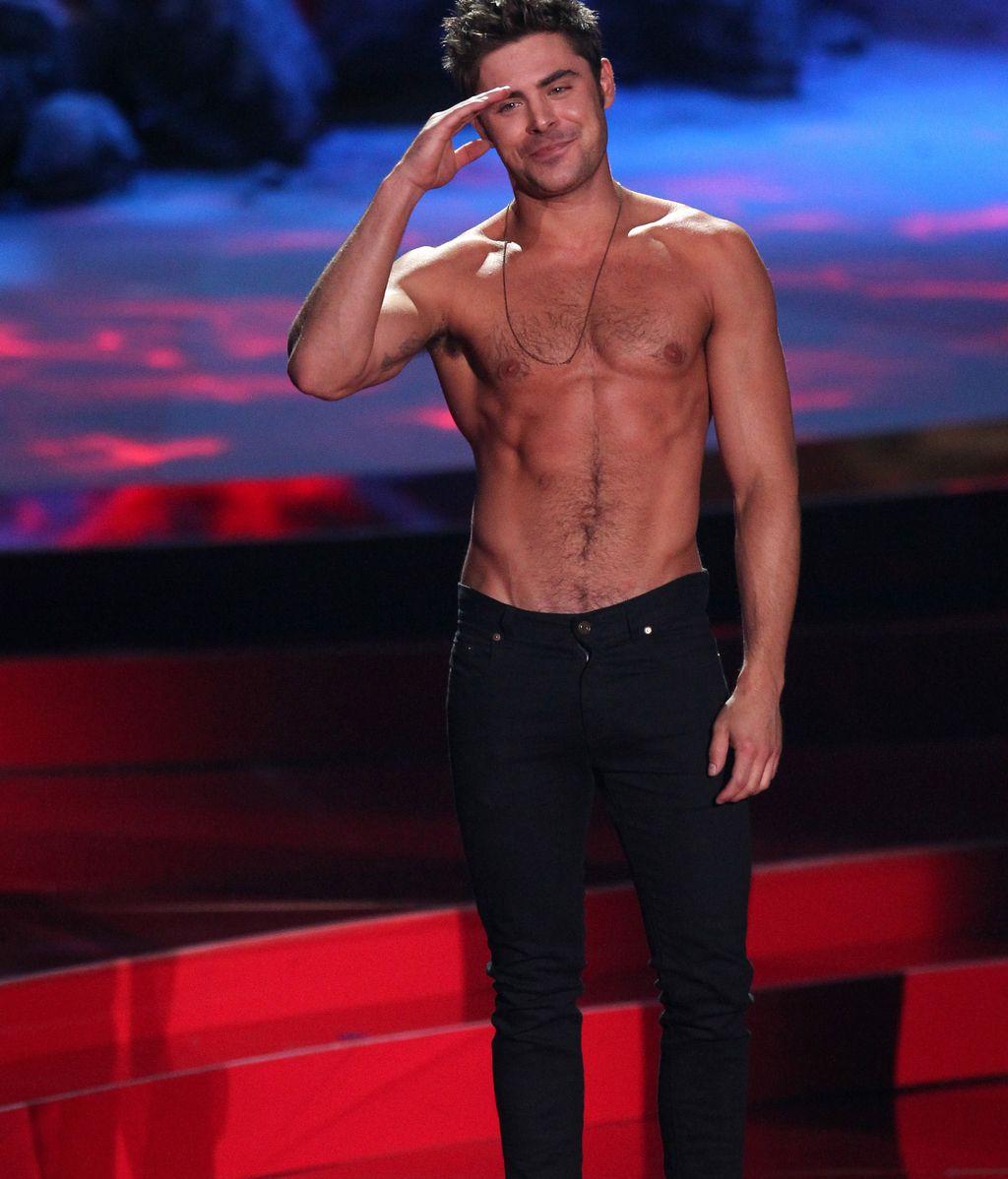Zac Efron deslumbra en los MTV Movie Award con sus abdominales