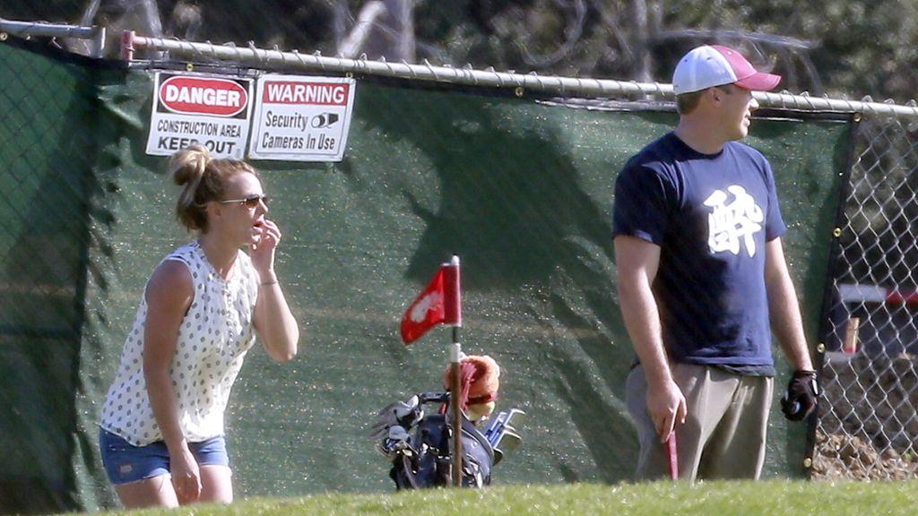 Britney Spear y David Lucano jugando al golf
