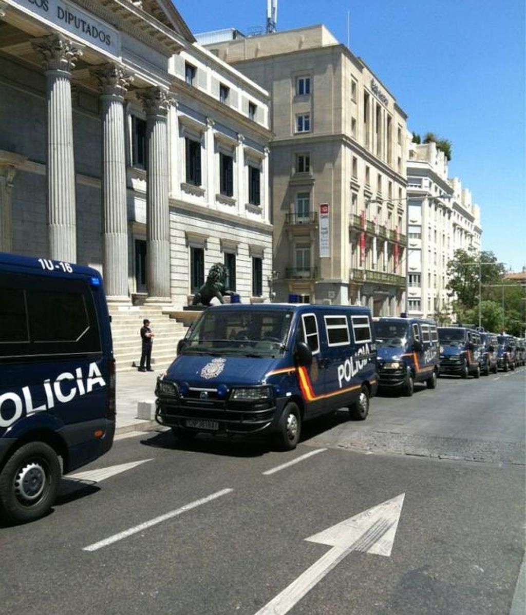 Furgones de la Policía Nacional protegen el Congreso de los Diputados