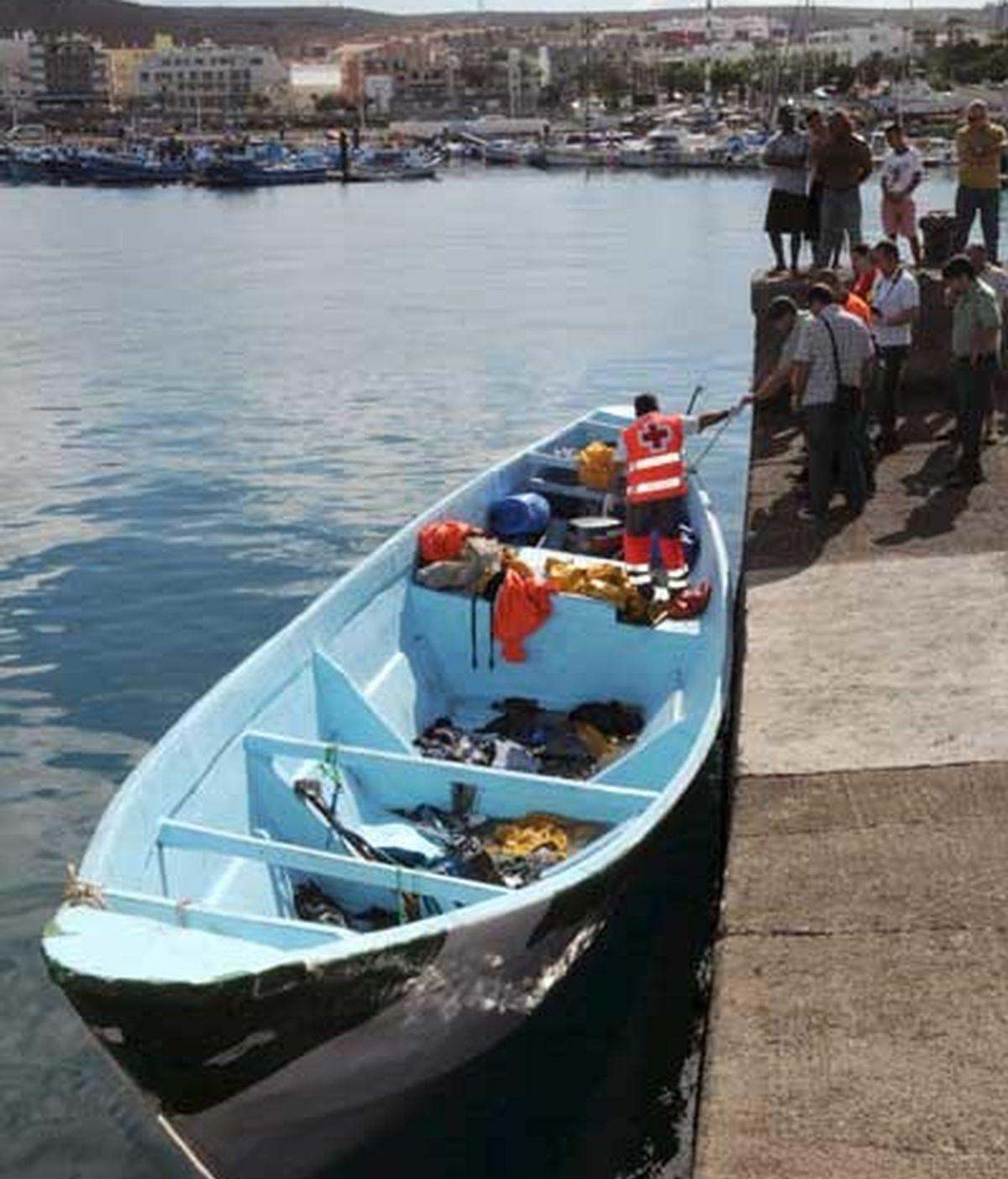 Salvamento Marítimo inspecciona el cayuco en el que han rescatado hoy a 68 inmigrantes. Foto: EFE
