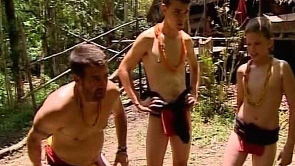 Los recuero Oliva cada vez están más cerca de ser un mentawai porque a los hombres les toca vestir como ellos: con taparrabos