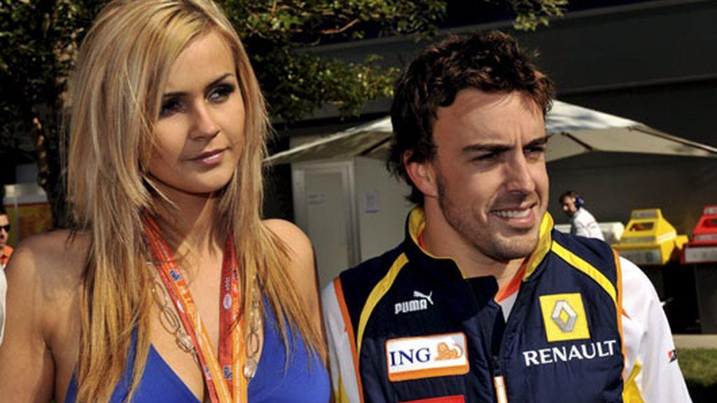 Fernando Alonso posa con una modelo en Australia