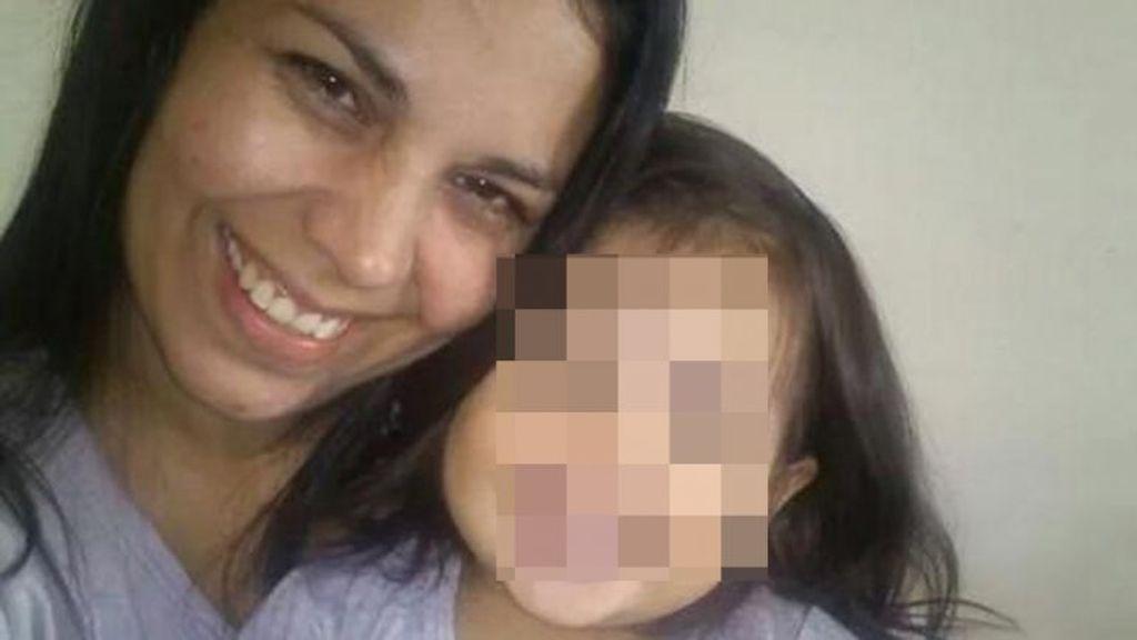 Hallan a una niña junto al cadáver de su madre en una alcantarilla en Argentina