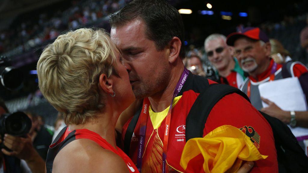 La alemana Christina Obergfoll celebra su plata en jabalina besando a su novio Boris Henry