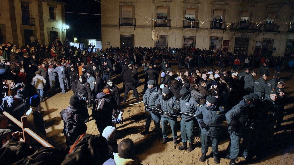 Los antitaurinos boicotean durante una hora la celebración del Toro de Júbilo
