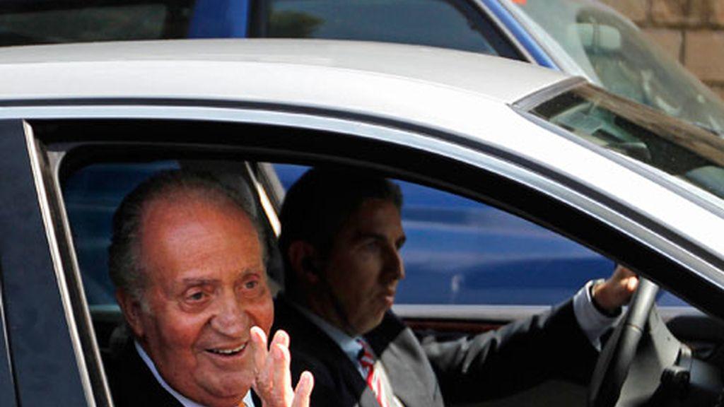 El rey Juan Carlos saluda al abandonar la Clínica Planas de Barcelona.