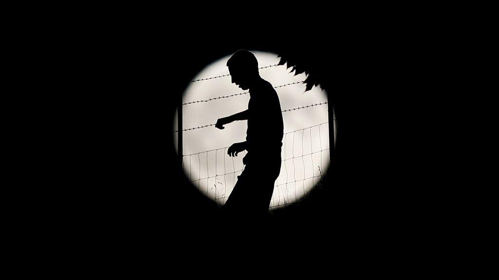 La silueta de un hombre contra la 'superluna' en Ronda, al sur de España