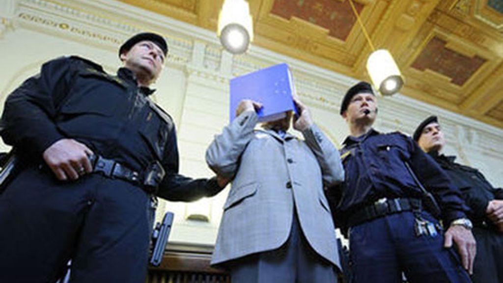 Joseph Fritzl entra en el juzgado escondido tras un archivador